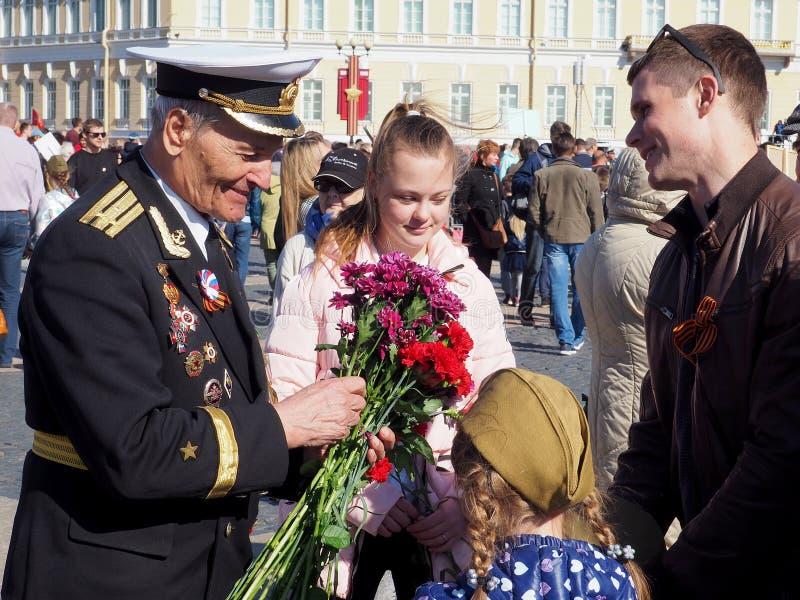 Folket gratulerar veteran av kriget royaltyfri fotografi