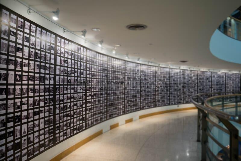 Folket håller ögonen på fotografiet eller avbildar i gallerimuseum, abstrakt suddighet eller Defocus bakgrund arkivfoton