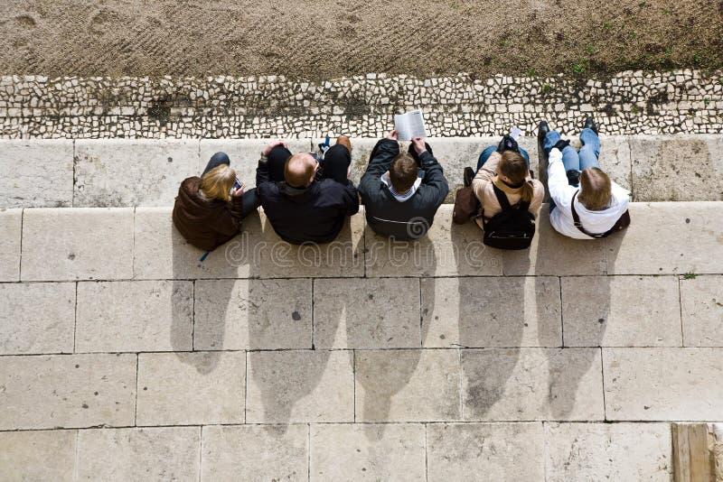 Folket har en vila på kloster av Jeronimos arkivbild