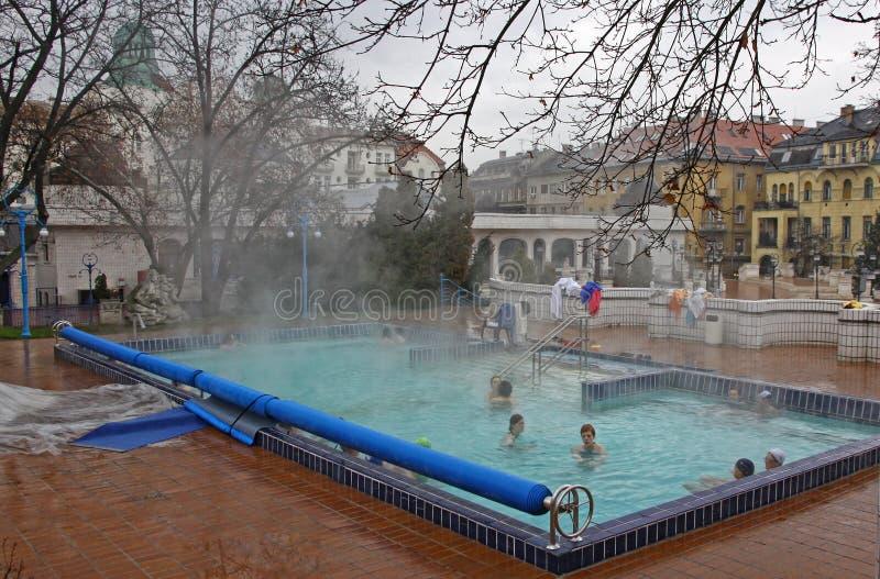 Folket har ett termiskt bad i den Gellert brunnsorten i Budapest royaltyfri fotografi