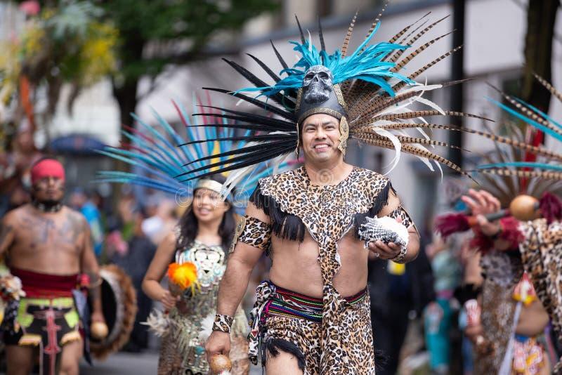 Folket i aztec kostymerar marsch arkivbilder