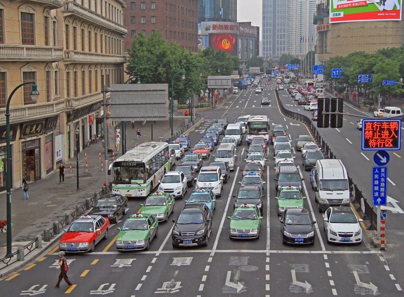 Folket i bilar är att vänta av den gröna signalen arkivfoto