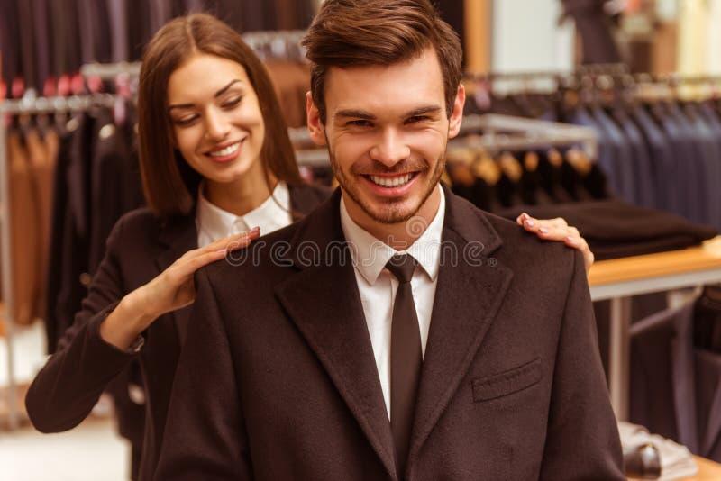 Folket i dräkt shoppar royaltyfria foton