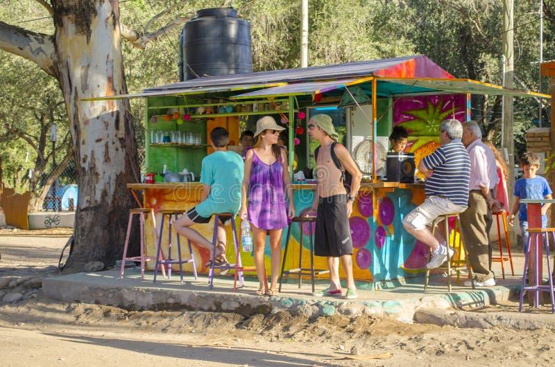 Folket i en liten drink shoppar fotografering för bildbyråer