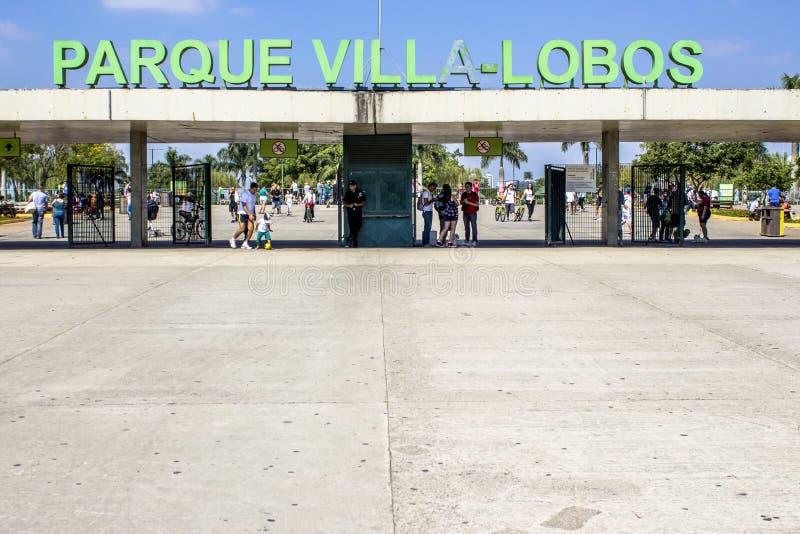 Folket i ingång av villan Lobos parkerar Parkera ?r ett bra st?lle f?r fotg?ngare, att cykla och en oas f?r skateborad?karna fotografering för bildbyråer
