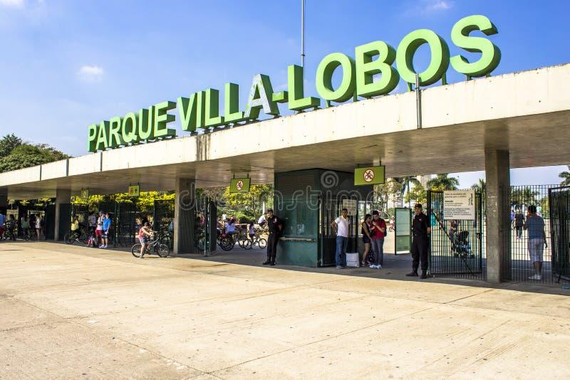 Folket i ing?ng av villan Lobos parkerar Parkera ?r ett bra st?lle f?r fotg?ngare, att cykla och en oas f?r skateborad?karna arkivbild