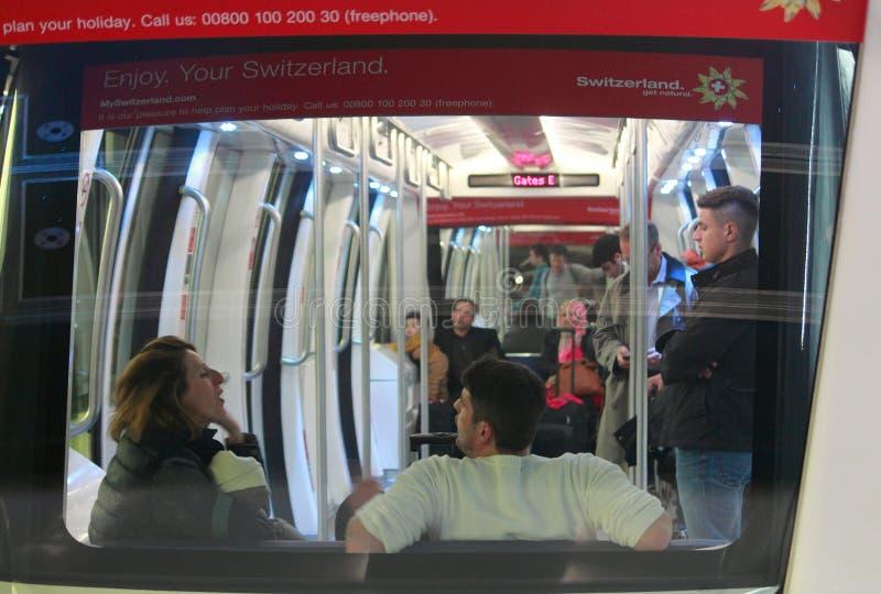 Folket i vagn av tunnelbanan utbildar, den Zurich flygplatsen arkivbild