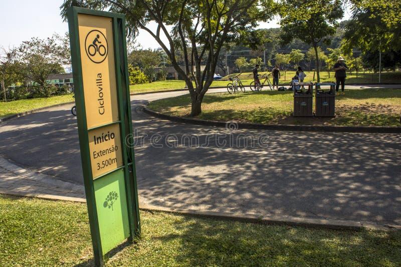 Folket i villan Lobos parkerar Parkera ?r ett bra st?lle f?r fotg?ngare, att cykla och en oas f?r skateborad?karna arkivfoton