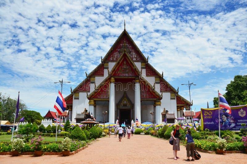 Folket kommer att resa den Wihan Phra Mongkhon Bophit templet för ber stora buddha arkivfoton