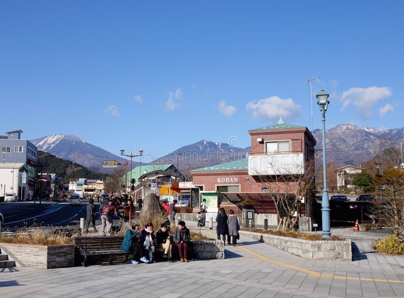 Folket kopplar av på den huvudsakliga fyrkanten i Nikko, Japan arkivbild