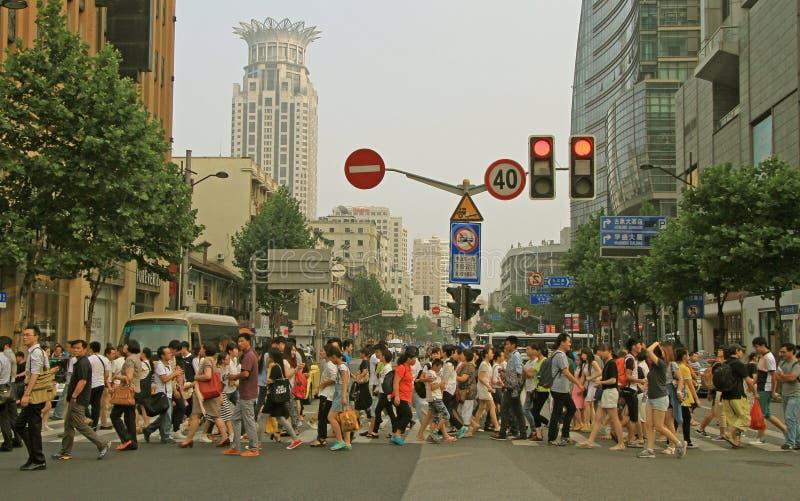 Folket korsar vägen vid övergångsställe i Shanghai arkivbild