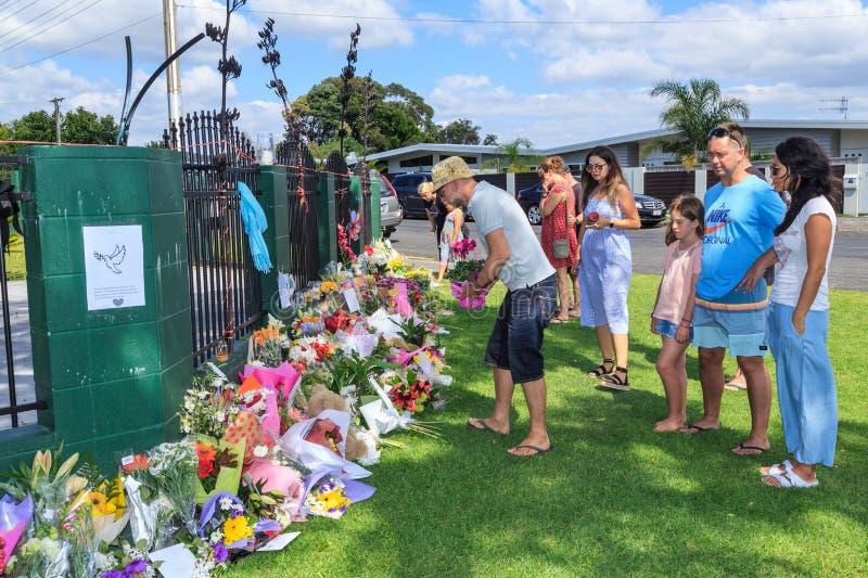 Folket lägger minnes- blommor på en nyazeeländsk moské efter för den Christchurch för mars 15 attacker moskén royaltyfri foto