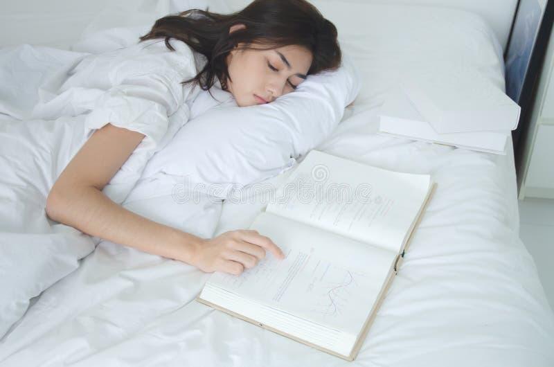 Folket läste att sova böcker arkivbild