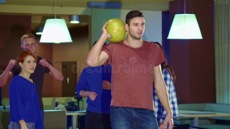Folket lyfter deras händer på bowlingen royaltyfri foto