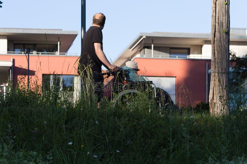 folket med ogiltig stolflyttning parkerar in arkivfoto