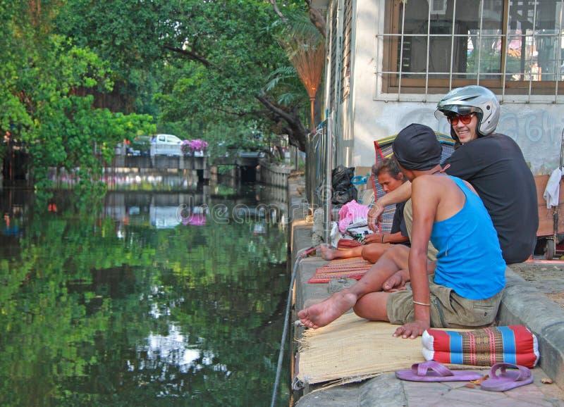 Folket meddelar nästan vattenkanalen i Bangkok, Thailand fotografering för bildbyråer