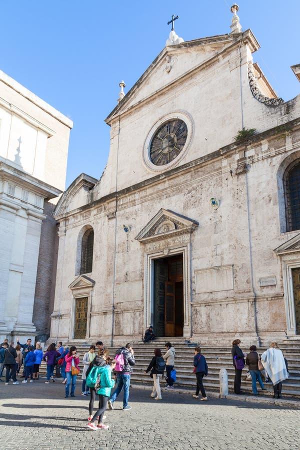 Folket near basilikan av Santa Maria del Popolo royaltyfri fotografi
