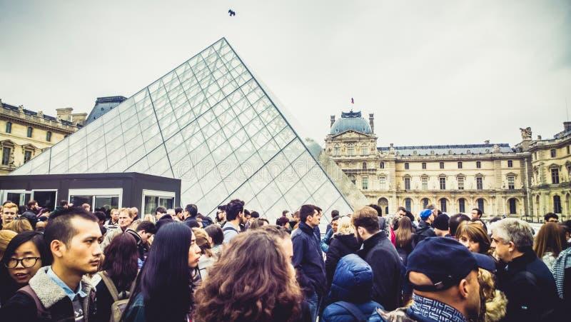 Folket near Louvremuseet arkivbilder