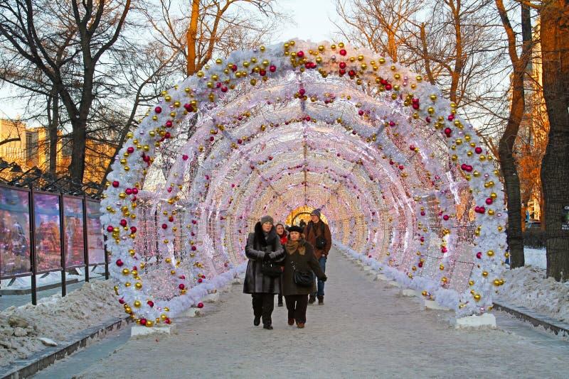 Folket och turister går i tunnelen för julljus på den Tverskoy boulevarden som dekoreras som delen av festival`-resan till jul`, arkivfoton