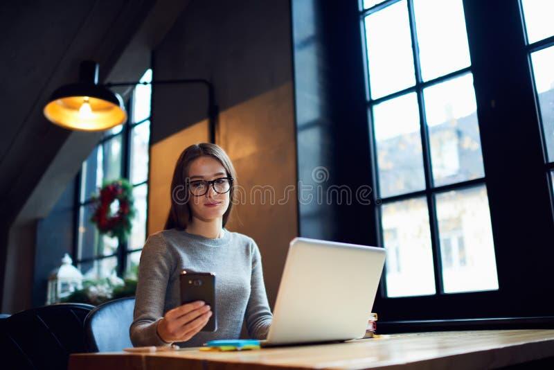 Folket på arbete avslutar sig i tid genom att använda bärbar datordatoren royaltyfria foton