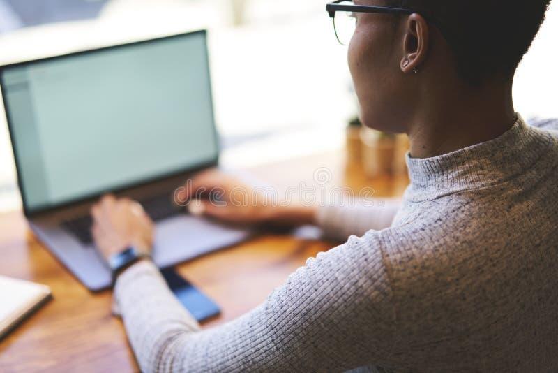 Folket på arbete förband till fritt trådlöst internetsammanträde i coworking utrymme arkivbild