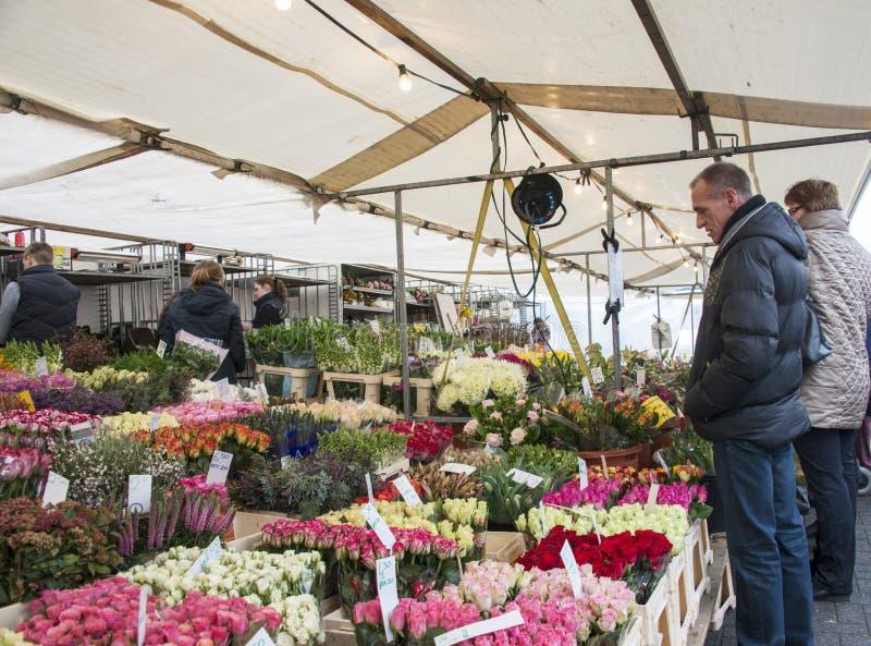 Folket på blomman marknadsför i Holland arkivfoton