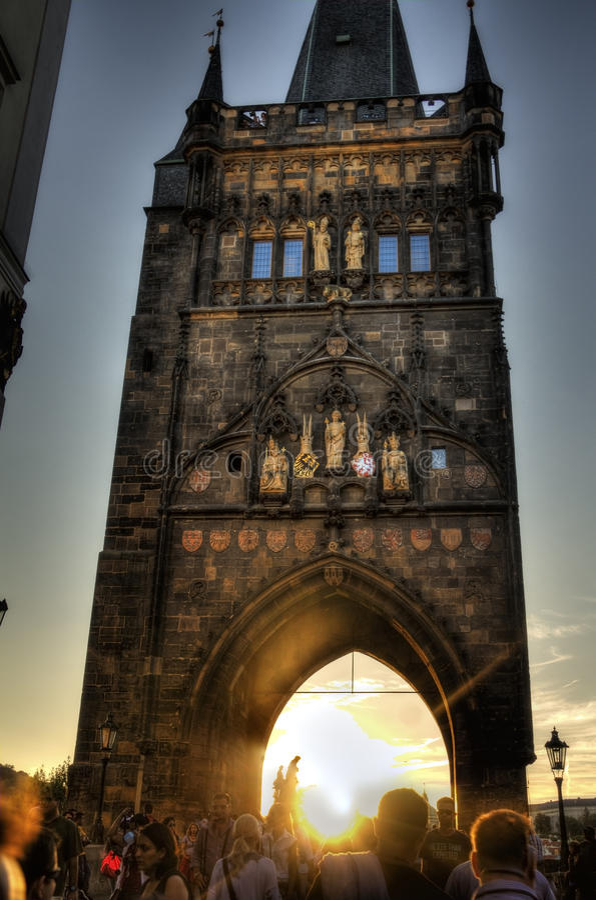 Folket på den Charles bron i Prague under en älskvärd fotorörelse blured på en lång exponeringsHDR bild royaltyfri fotografi
