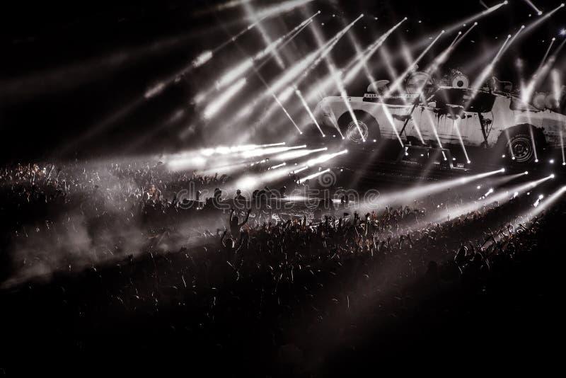 Folket på konsert festar, ljus bakgrund för diskot arkivbild