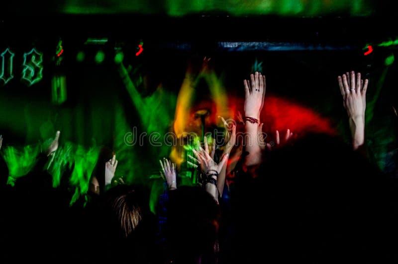 Folket på musikkonsert, vaggar partiet royaltyfri fotografi