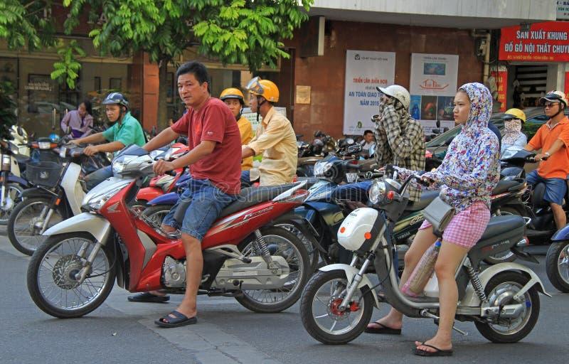 Folket på sparkcyklar väntar den gröna signalen av royaltyfria bilder