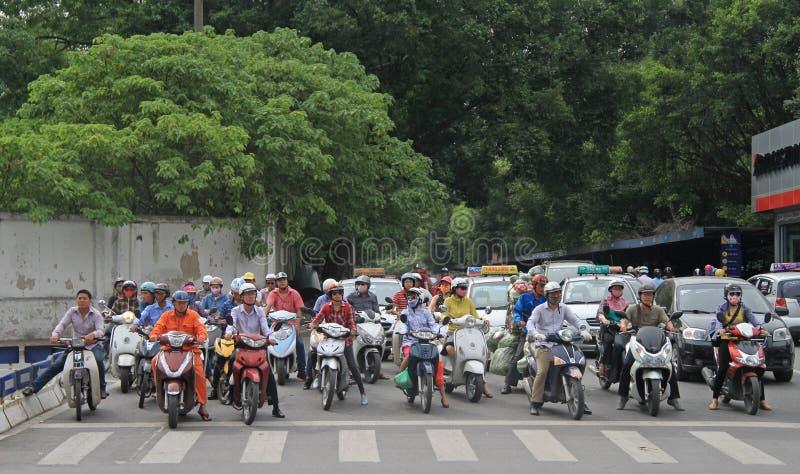 Folket på tvärgata väntar den gröna signalen arkivbild