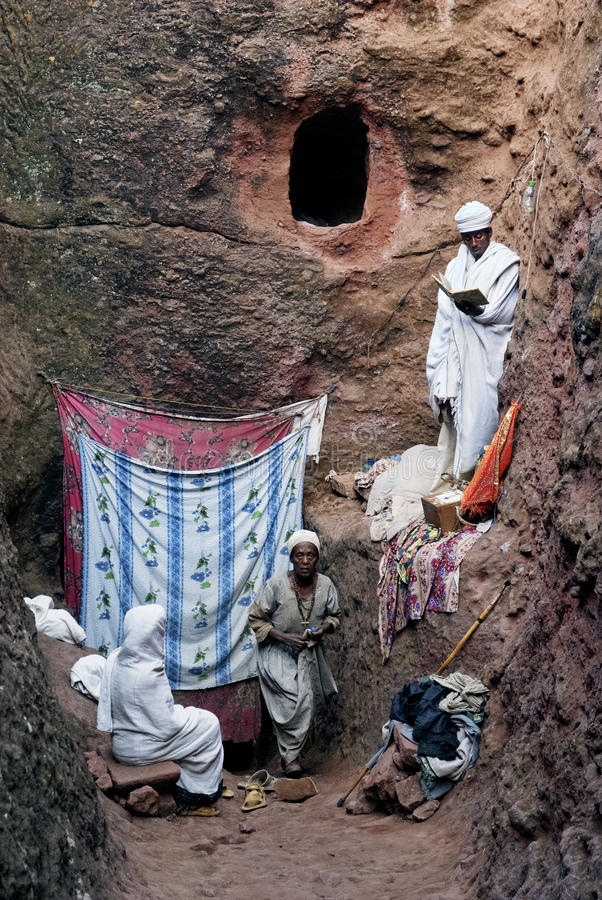 Folket på vaggar hewn chueches av lalibelaen ethiopia arkivfoto