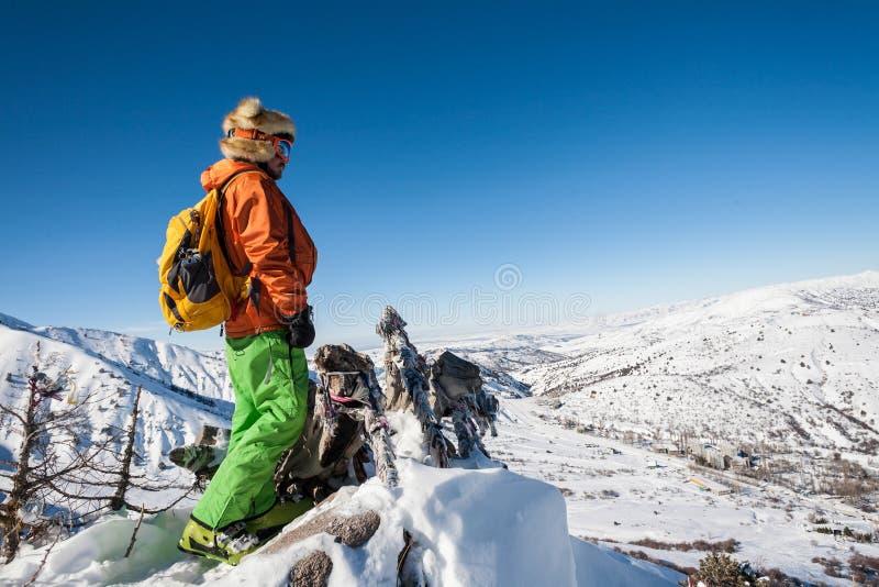 Folket på vinter semestrar, att skida och snowboardingen fotografering för bildbyråer