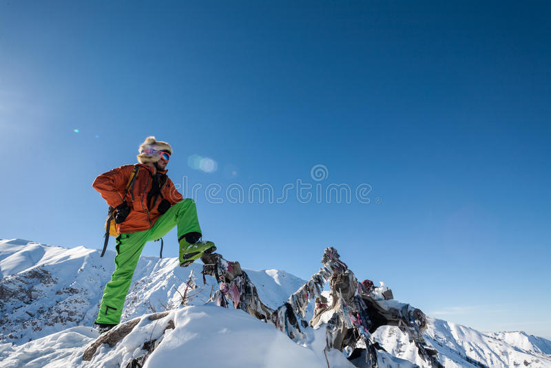 Folket på vinter semestrar, att skida och snowboardingen arkivbild