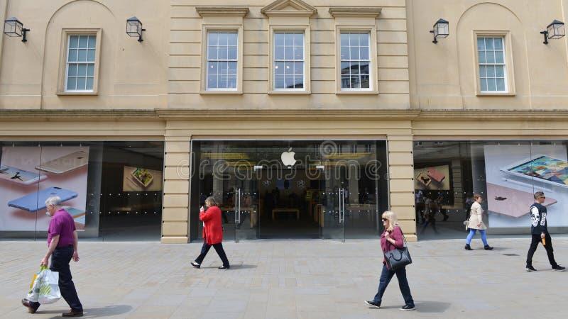 Folket passerar en Apple Store i badet England arkivfoton