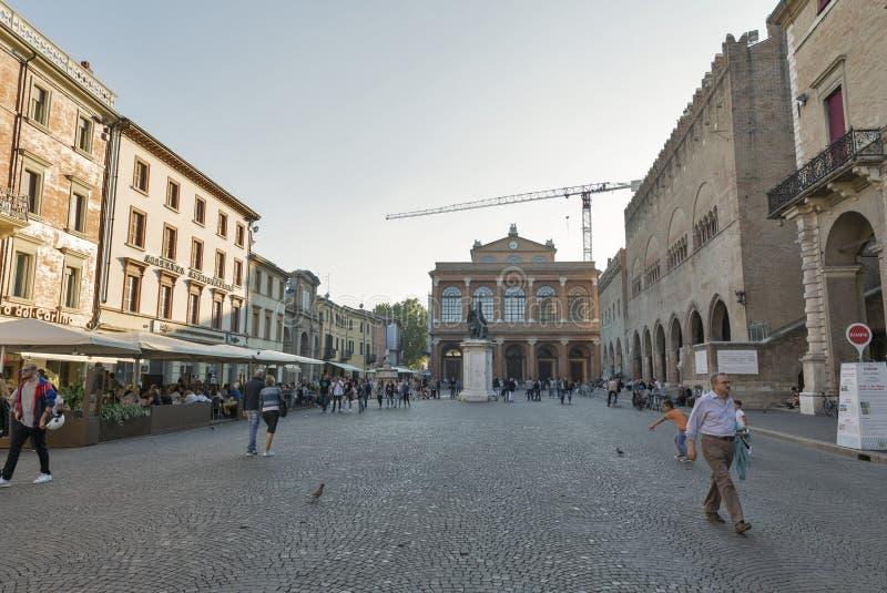 Folket promenerar piazza Cavour i Rimini, Italien fotografering för bildbyråer