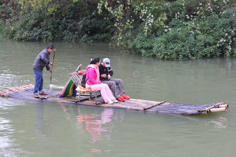 Folket rafting på floden nära Yangshuo och Guilin i Kina arkivbild