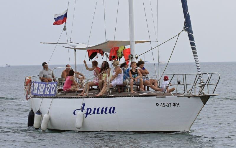Folket rider i kust för yacht nästan av Sochi, Ryssland royaltyfri foto