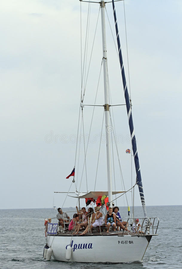 Folket rider i kust för yacht nästan av Sochi, Ryssland royaltyfria foton