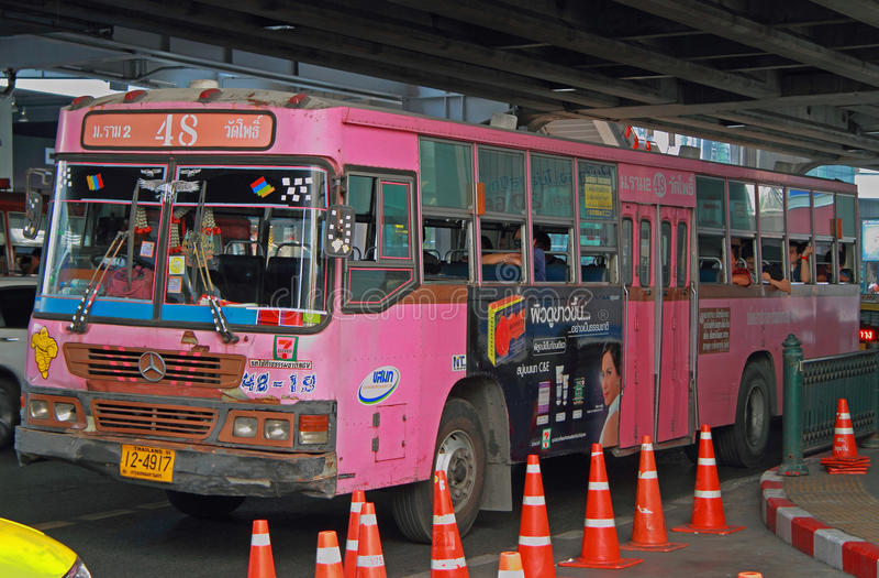 Folket rider i rosa färgbuss royaltyfri foto