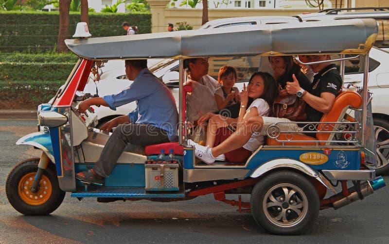 Folket rider i tuk-tuk royaltyfria bilder