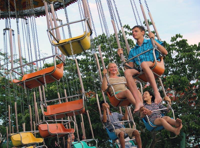 folket rider karusellen arkivfoto