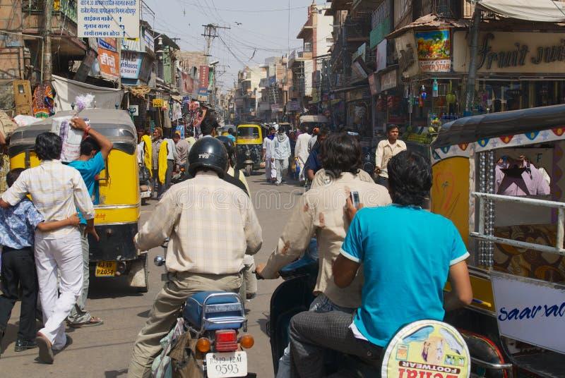 Folket rider mopeder på gatan i Jodhpur, Indien arkivbilder