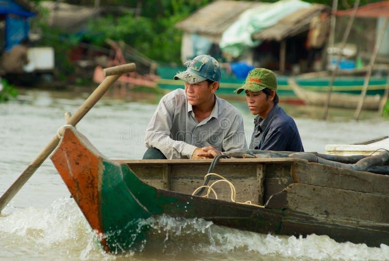 Folket rider motorfartyget p? Tonlen underminerar sj?n i Siem Reap, Cambodja royaltyfri fotografi
