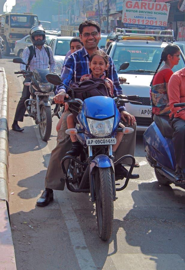 Folket rider på motorcykeln i Hyderabad, Indien arkivbilder