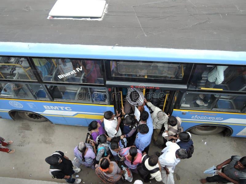 Folket rusar för att få i en buss royaltyfri foto