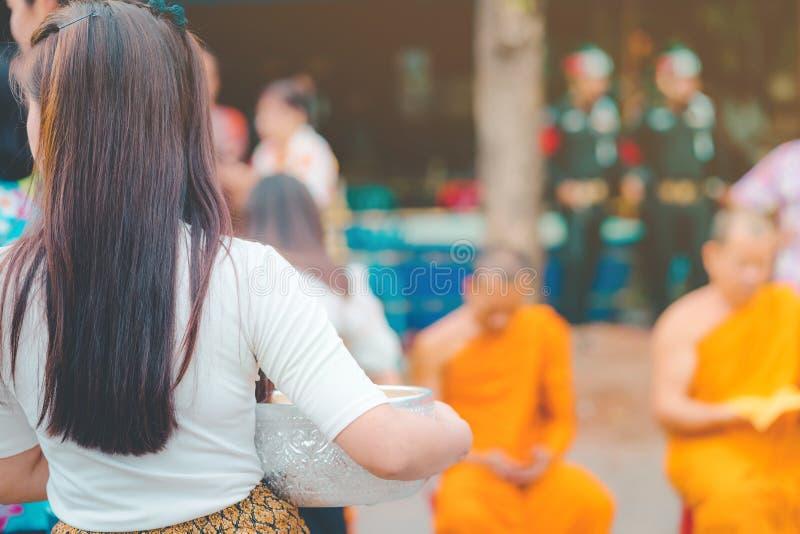 Folket rymmer en bunke av vattendoft med blomman som f?rbereder sig att duscha f?r munkarna p? den Songkran dagen royaltyfri fotografi