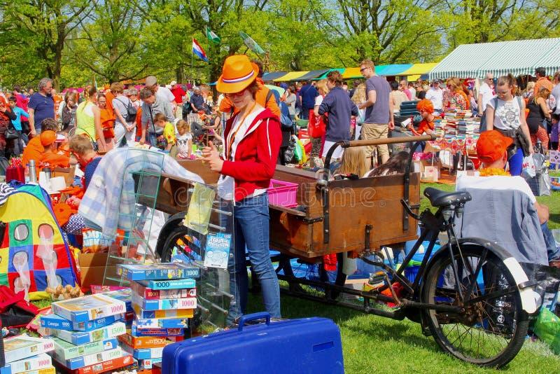 Folket säljer begagnat material på Vrijmarkten på Koningsdag, Nederländerna royaltyfri fotografi