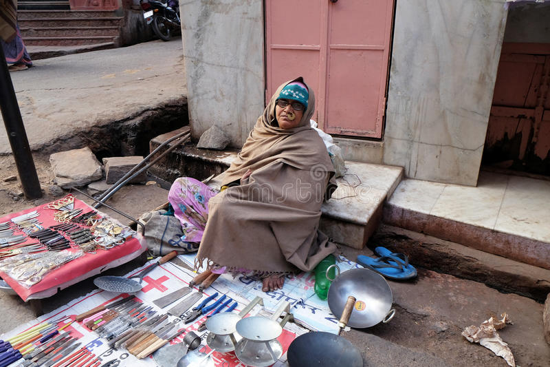 Folket säljer deras gods på basaren i Pushkar, Indien arkivbilder