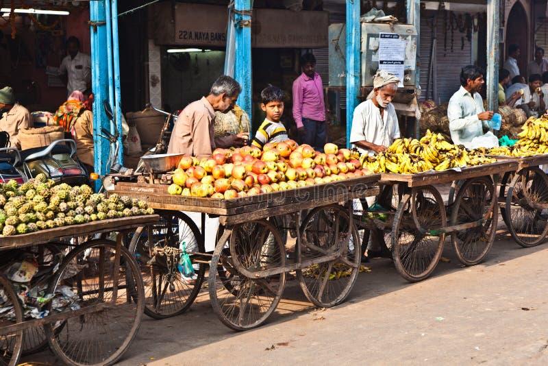 Folket säljer frukter på den Chawri bazaren i Delhi, Indien royaltyfri foto